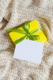 Contenitore di regalo Presenti con la cartolina vuota sul fondo della coperta Knitted immagini stock libere da diritti