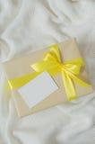 Contenitore di regalo Presenti con la cartolina vuota sul fondo della coperta Knitted fotografie stock