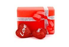 Contenitore di regalo romantico rosso con i cuori Fotografia Stock Libera da Diritti