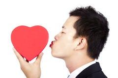 Contenitore di regalo rosso baciante dell'uomo Fotografia Stock