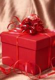 Contenitore di regalo rosso con gli archi Immagine Stock