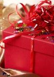 Contenitore di regalo rosso con gli archi e le stelle Fotografia Stock Libera da Diritti