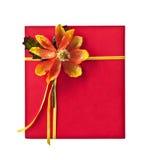 Contenitore di regalo rosso con il fiore del nastro dell'oro Fotografia Stock