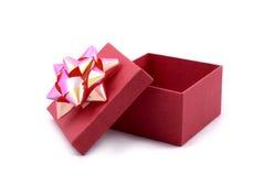 Contenitore di regalo rosso con il grande nastro Immagine Stock Libera da Diritti