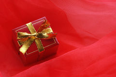 Contenitore di regalo rosso con il nastro dell'oro Immagine Stock
