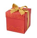 Contenitore di regalo rosso con il ritaglio dorato dell'arco del nastro Immagini Stock Libere da Diritti