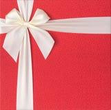 Contenitore di regalo rosso con l'arco beige Fotografia Stock Libera da Diritti