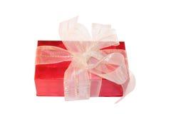 Contenitore di regalo rosso con l'arco bianco, isolato Fotografia Stock Libera da Diritti