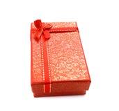 Contenitore di regalo rosso con l'arco del nastro isolato su fondo bianco Fotografia Stock Libera da Diritti