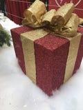 Contenitore di regalo rosso con l'arco dorato Immagine Stock