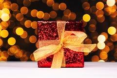 Contenitore di regalo rosso con le luci di natale Fotografia Stock
