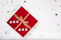 Contenitore di regalo rosso d'annata con testo per voi su fondo bianco Fotografie Stock Libere da Diritti