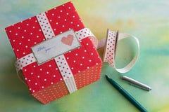 Contenitore di regalo rosso del pois Immagini Stock