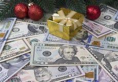Contenitore di regalo rosso delle palle dei rami di pino di natale del fondo del dollaro Fotografia Stock Libera da Diritti