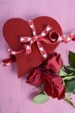 Contenitore di regalo rosso di forma del cuore di giorno di biglietti di S. Valentino con le rose rosse Fotografia Stock Libera da Diritti