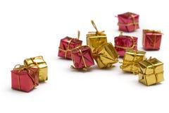 Contenitore di regalo rosso e dorato immagini stock libere da diritti