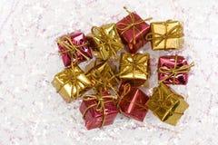 Contenitore di regalo rosso e dorato fotografia stock