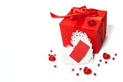 Contenitore di regalo rosso isolato con la carta dei biglietti di S. Valentino Immagini Stock