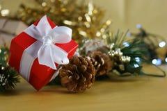 Contenitore di regalo rosso di Natale con le decorazioni Fotografia Stock Libera da Diritti