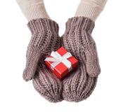 Contenitore di regalo rosso nei guanti della lana immagine stock libera da diritti