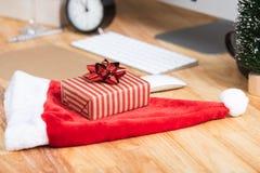 Contenitore di regalo rosso nella festa di natale all'ufficio con natale fotografia stock libera da diritti
