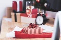 Contenitore di regalo rosso nella festa di natale all'ufficio con natale fotografia stock