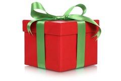 Contenitore di regalo rosso per i regali il Natale, il compleanno o il giorno dei biglietti di S. Valentino Fotografia Stock Libera da Diritti