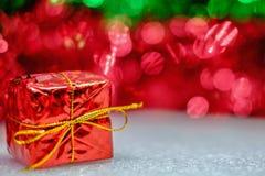 Contenitore di regalo rosso per la decorazione del nuovo anno e di Natale Immagine Stock Libera da Diritti