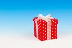 Contenitore di regalo rosso, pois con l'arco Fotografie Stock Libere da Diritti
