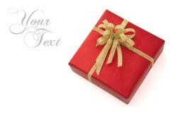 Contenitore di regalo rosso sopra priorità bassa bianca Immagini Stock Libere da Diritti