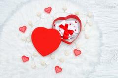 Contenitore di regalo rosso sotto forma di cuore Biancheria intima e candele Immagini Stock Libere da Diritti