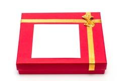 Contenitore di regalo rosso su priorità bassa bianca Bello imballaggio Un regalo ad una ragazza, una donna fotografia stock
