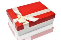 Contenitore di regalo rosso su superficie riflettente Fotografia Stock