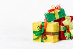 Contenitore di regalo rosso, verde e dorato di Natale Fotografie Stock Libere da Diritti