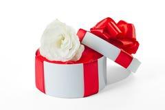 Contenitore di regalo rotondo con il fiore Fotografia Stock