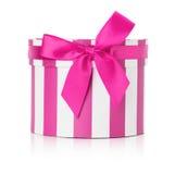 Contenitore di regalo rotondo rosa isolato sui precedenti bianchi immagini stock