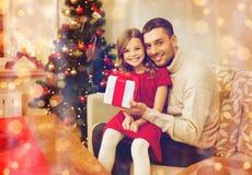 Contenitore di regalo sorridente della tenuta della figlia e del padre immagine stock libera da diritti
