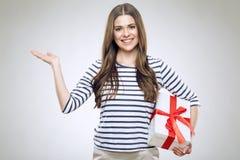 Contenitore di regalo sorridente della tenuta della donna Immagine Stock Libera da Diritti