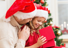 Contenitore di regalo sorridente di apertura della figlia e del padre fotografie stock