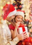 Contenitore di regalo sorridente di apertura della figlia e del padre Fotografia Stock Libera da Diritti