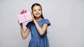 Contenitore di regalo sorridente felice della tenuta della ragazza video d archivio