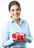 Contenitore di regalo sorridente isolato della tenuta della donna di affari Priorità bassa bianca Immagini Stock