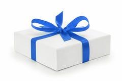 Contenitore di regalo strutturato bianco con l'arco del nastro blu Fotografia Stock