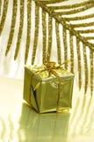 Contenitore di regalo su dorato Fotografie Stock Libere da Diritti