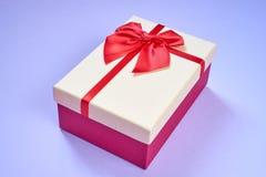 Contenitore di regalo su fondo blu-chiaro Fotografia Stock