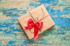 Contenitore di regalo su fondo d'annata blu Fotografia Stock