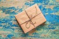 Contenitore di regalo su fondo d'annata Concetto di celebrazione Immagine Stock Libera da Diritti