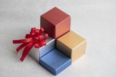 Contenitore di regalo su fondo d'argento immagine stock