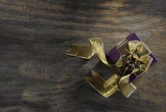 Contenitore di regalo su fondo di legno fotografie stock libere da diritti