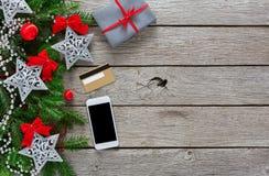 Contenitore di regalo su fondo di legno con il telefono e la carta di credito Fotografia Stock Libera da Diritti